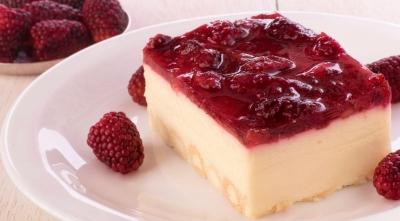 Deliciosa combinación de crema, queso crema, barquillos y salsa de frutos rojos